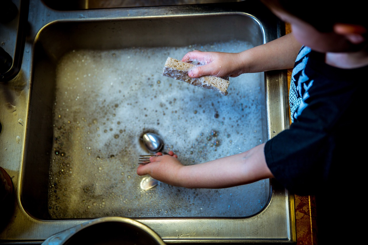 Ročno pomivanje posode ter pomivalno korito