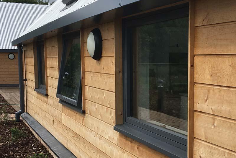 Les-alu okna v kombinaciji z leseno fasado