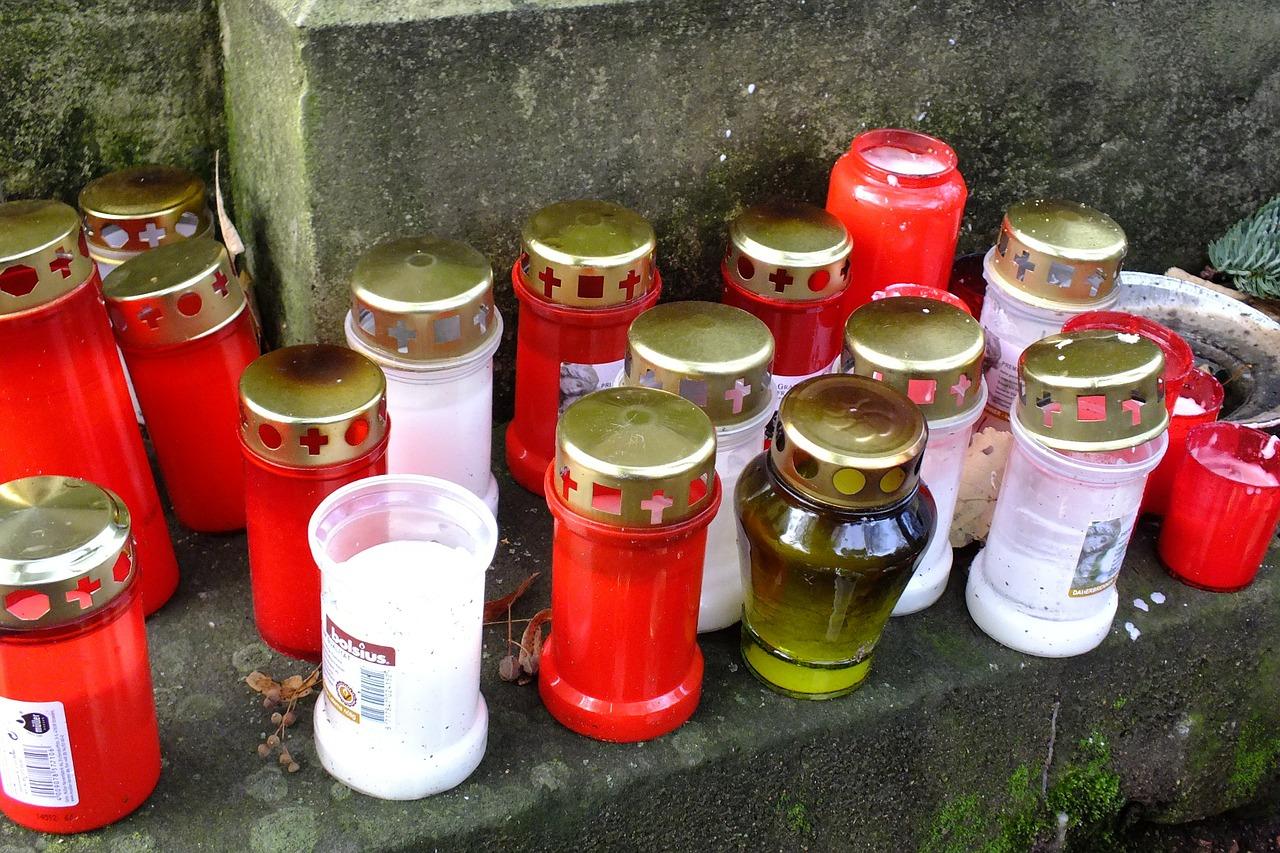 nagrobne sveče na pokopališču
