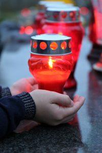 nagrobna sveča na pokopališču