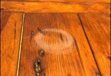 madež na leseni mizi