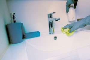 Nekdo čisti umivalnik