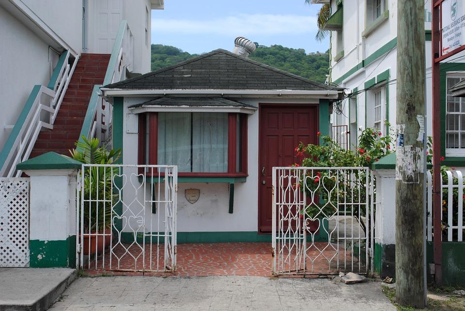 Majhna hiška stisnjena med dvema večjima