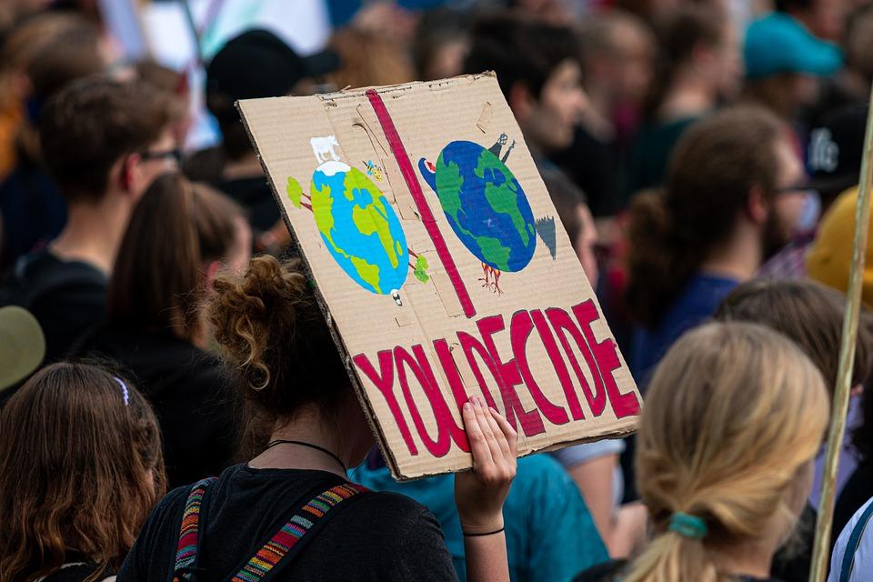 Demonstracije, napis na plakatu: ti se odloči.