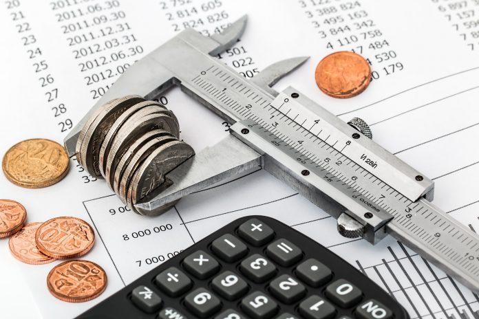 Računi, kalkulator in denar - kako varčevati