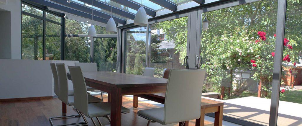 Jedilna miza znotraj zimskega vrta