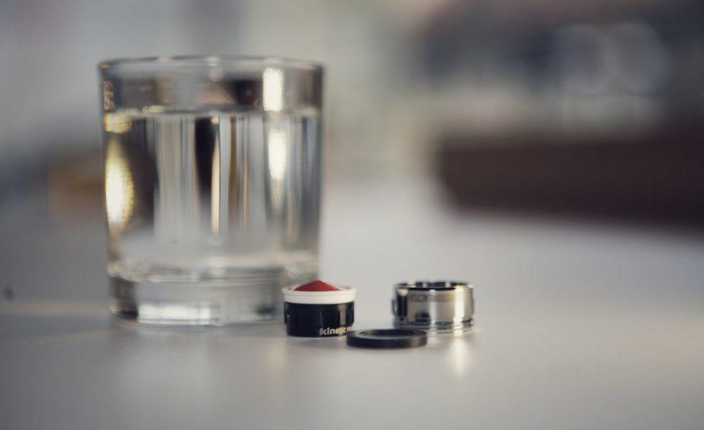 Filter Kinetic Reactor ob kozarcu vode