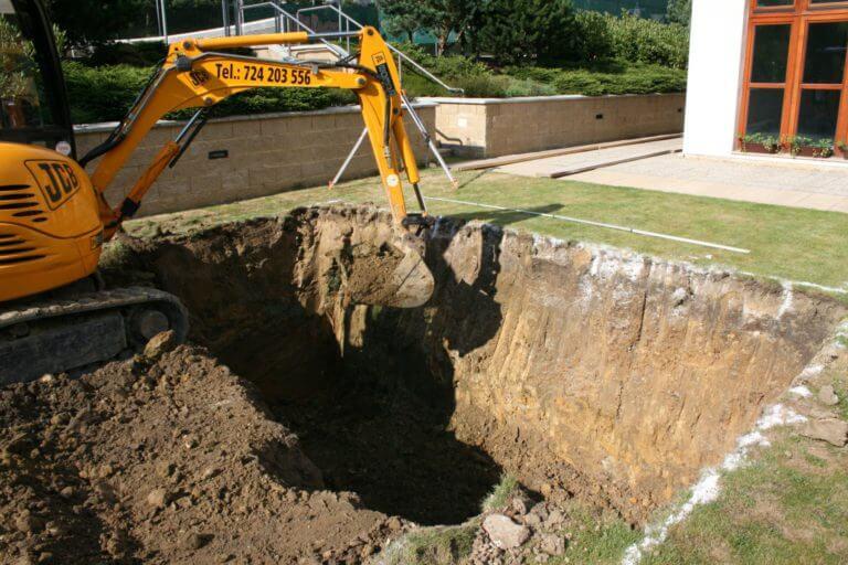Prvi korak pri izgradnji bazena je izkop luknje