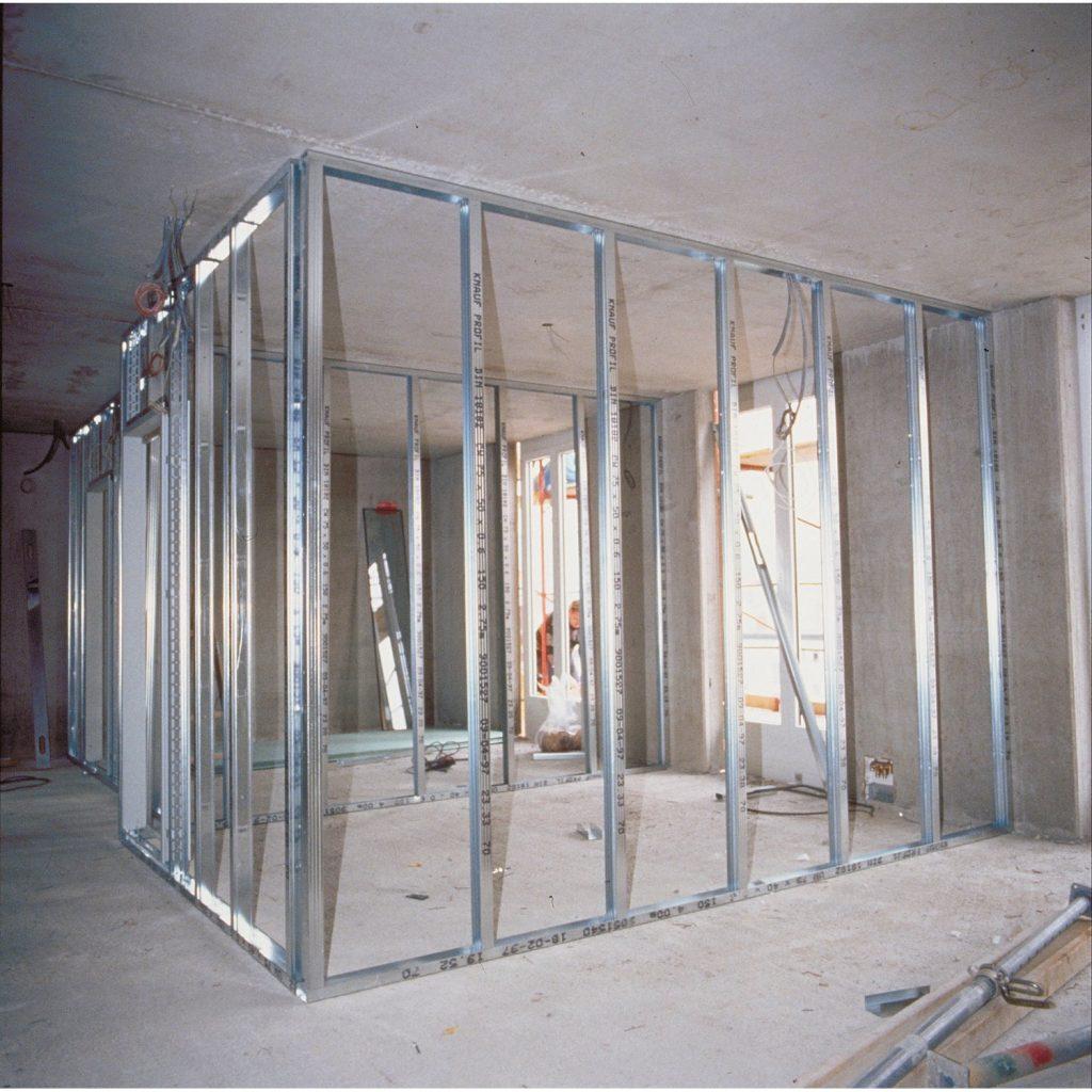 Primer kovinske konstrukcije pri postavljanju pregradne stene