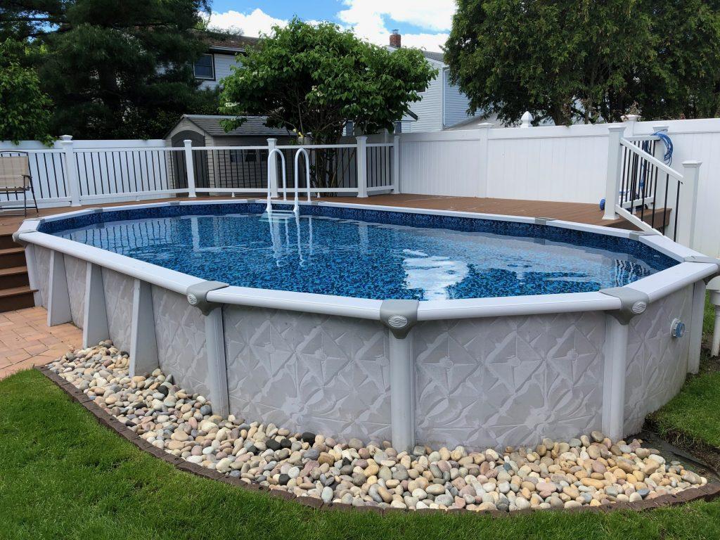 Ena izmed različic montažnega bazena, ki je v tem primeru obdan z delno konstrukcijo.