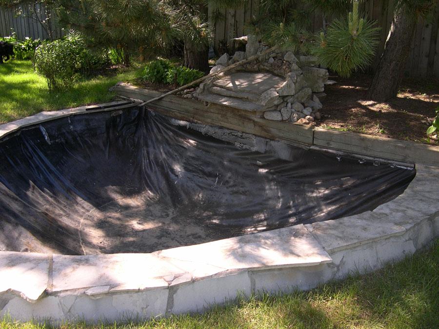 Primer postavljanja folije na dno ribnika