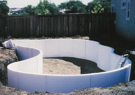 Bazen, ki se ga zgradi iz stiropornih zidakov.