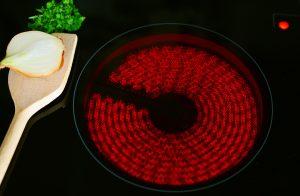 steklokeramična kuhalna plošča, ki žari rdeče