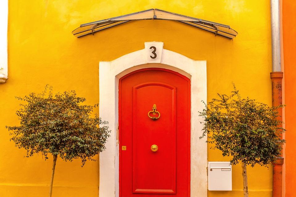 Rumena hiša z rdečimi vrati