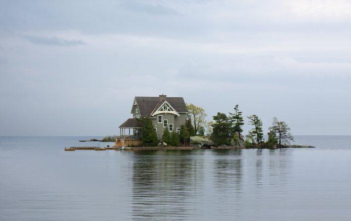 Hišica na otoku sredi morja