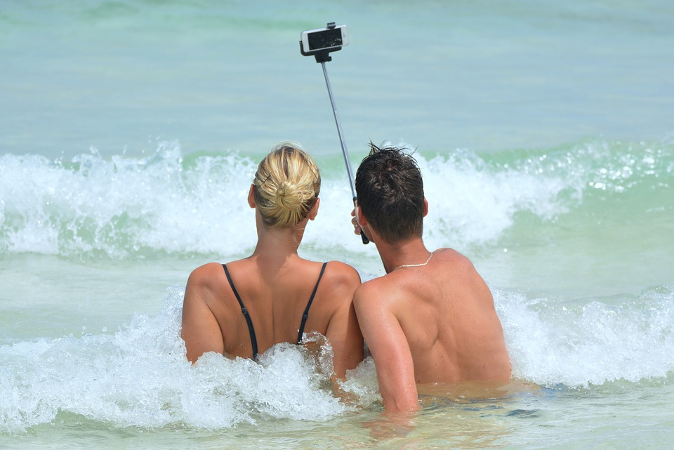 Par, ki se slika v vodi