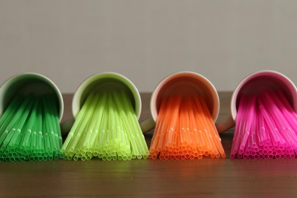 Raznobarvne plastične slamice