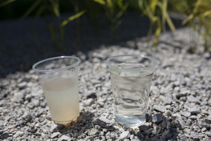 Kozarec čiste in kozarec umazane vode