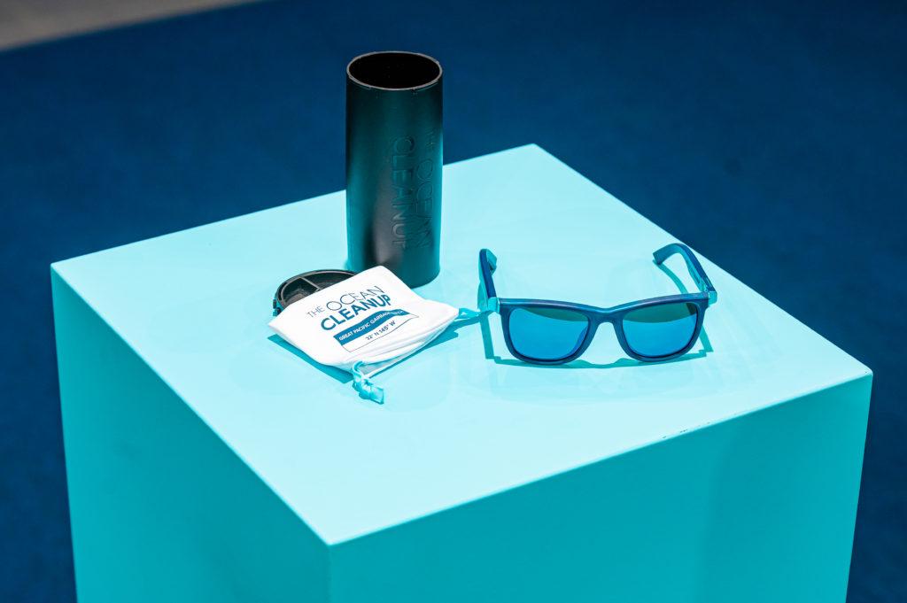 Sončna očala na mizi