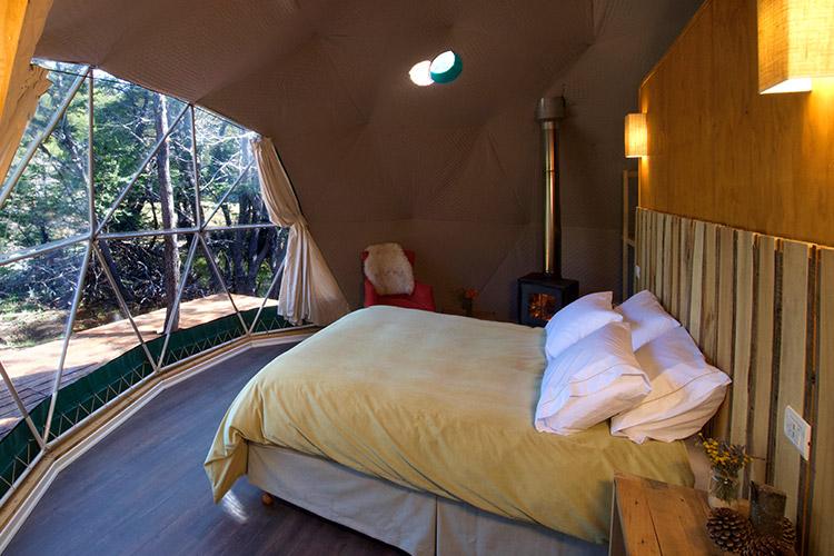 Spalnica v apartmaju, ena stena funkcionira kot okno