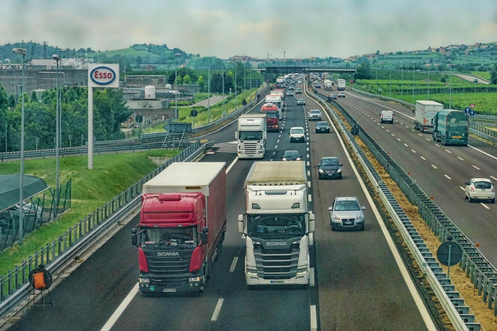 avtocesta z avtomobili in tovornjaki
