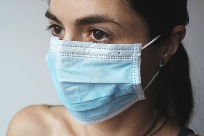 ženska z zaščitno masko