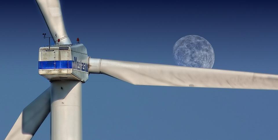 Vetrna turbina, na nebu se vidi luna