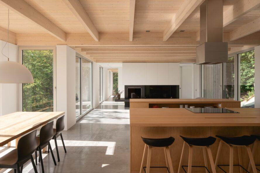 Notranjost brunarice, kuhinja in jedilnica