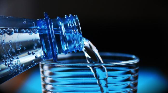 Pretakanje vode iz plastenke v kozarec