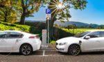 Dva električnma avtomobila se polnita