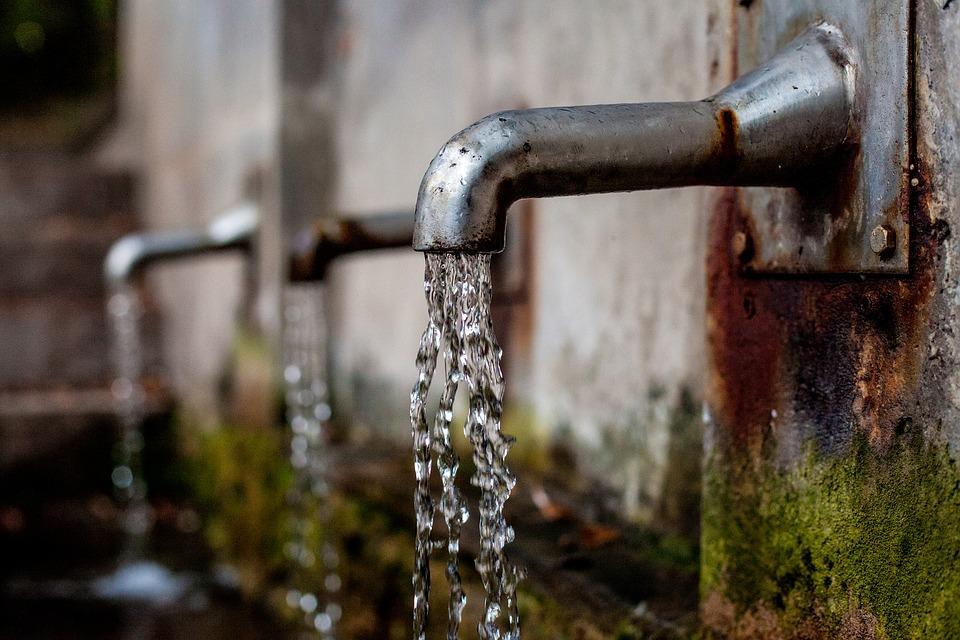 Pipe, iz katerih teče voda