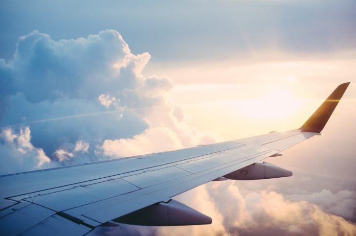 Krilo letala, ki leti med oblaki