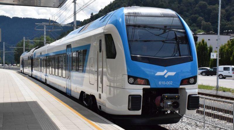Eden izmed Stadlerjevih vlakov, ki že vozi po slovenskih tirih