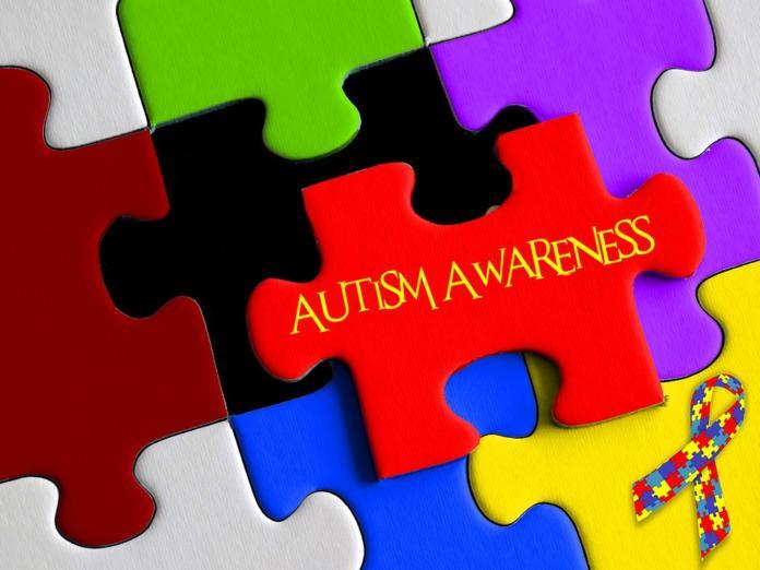 Besede zavedanje o avtizmu piše na kosih sestavljanke