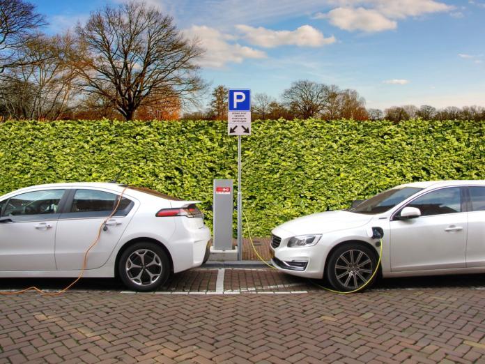 Električna avtomobila med polnjenjem