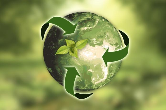 Znak za reciklažo ovit okoli Zemlje