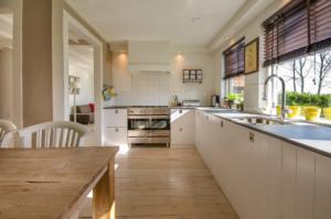 Ločena kuhinja s pogledom navzven