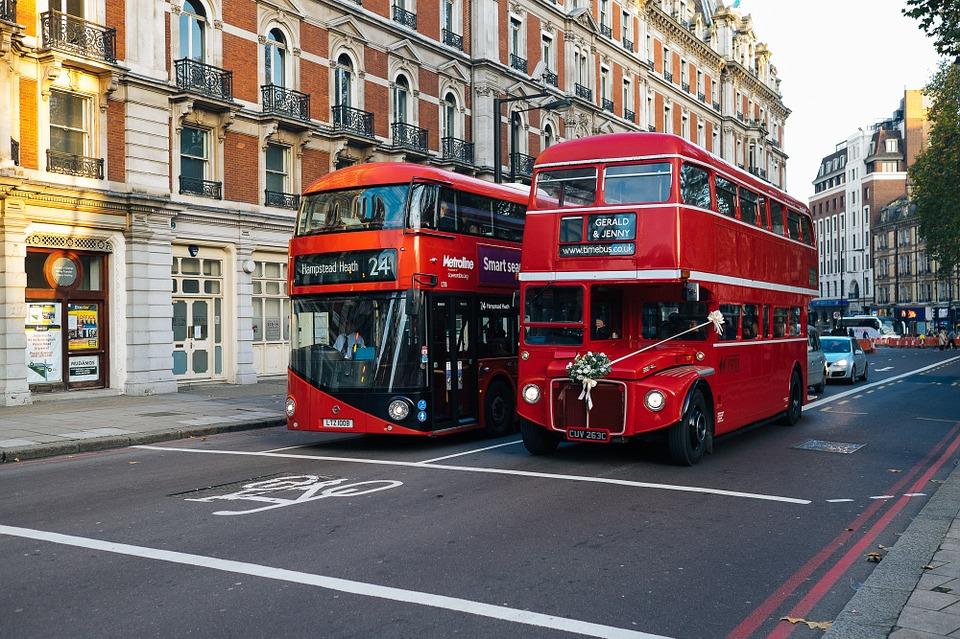 Dva dvonadstropna londonska avtobusa