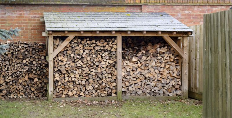 Drva pod streho in nad tlemi