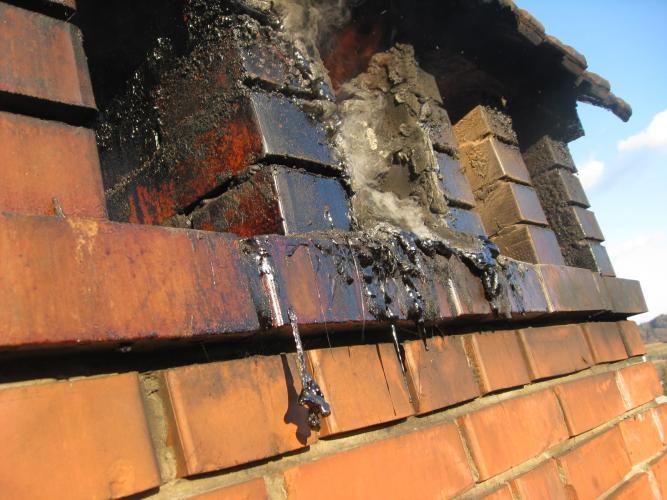 Obrabljen dimnik, ki kliče po obnovi
