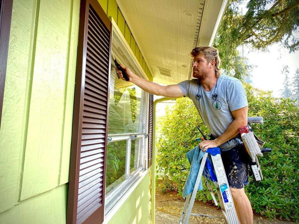 Čiščenje zunanjosti oken s pomočjo lestve