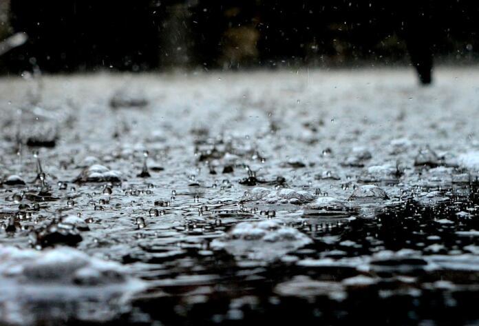 Kaplje dežja, ki padajo na vodno gladino