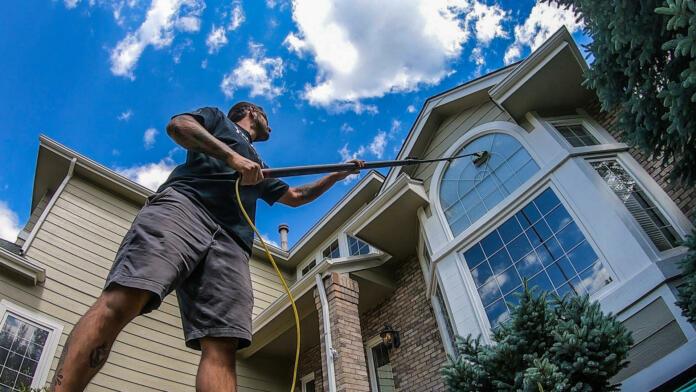 Čiščenje zunanjosti oken je lahko naporno opravilo