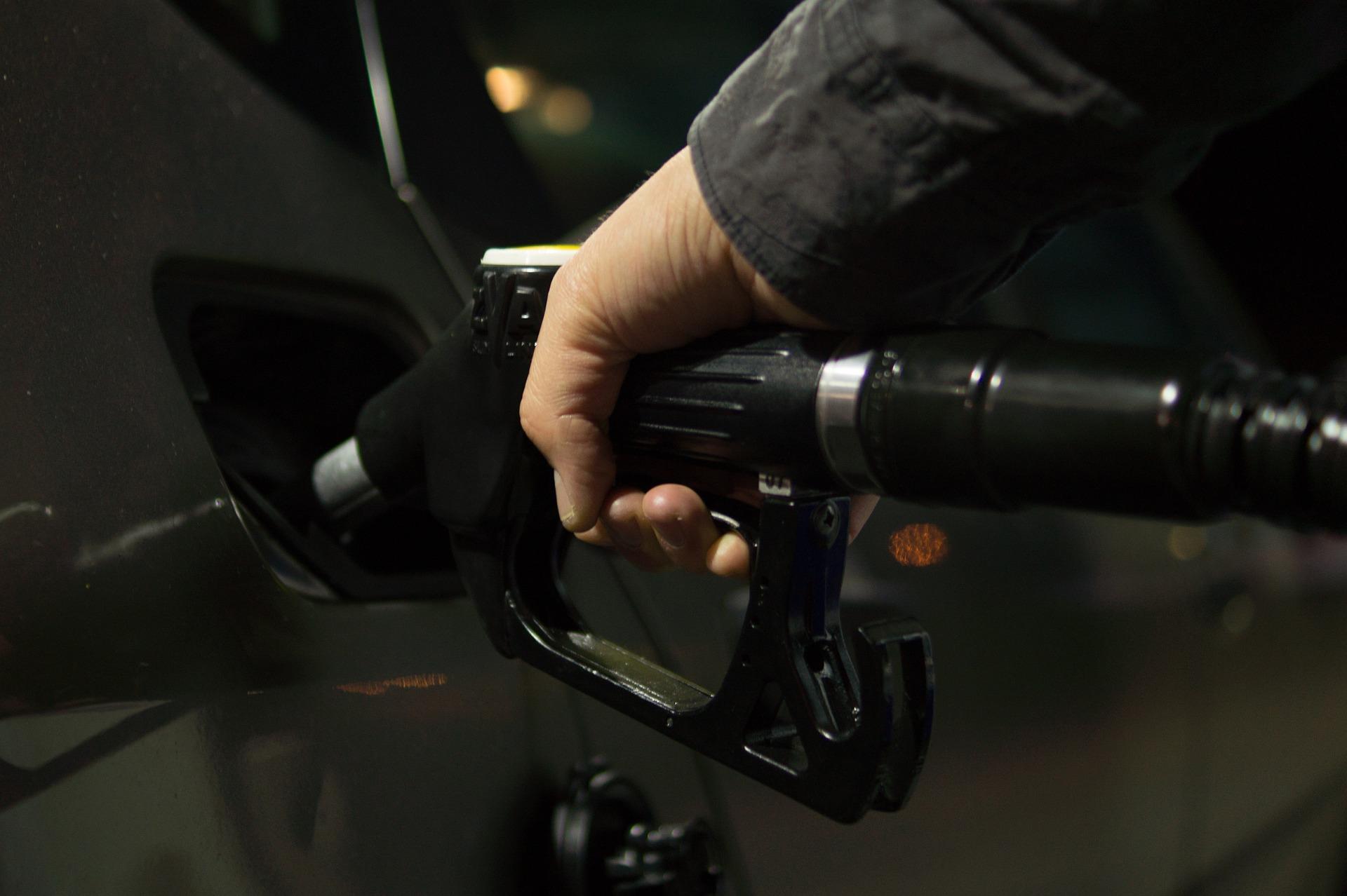 Na sliki nekdo toči gorivo v avtomobil
