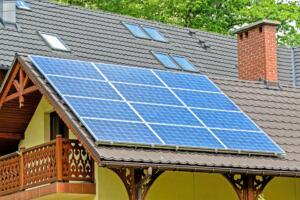 solarni paneli na strehi hiše