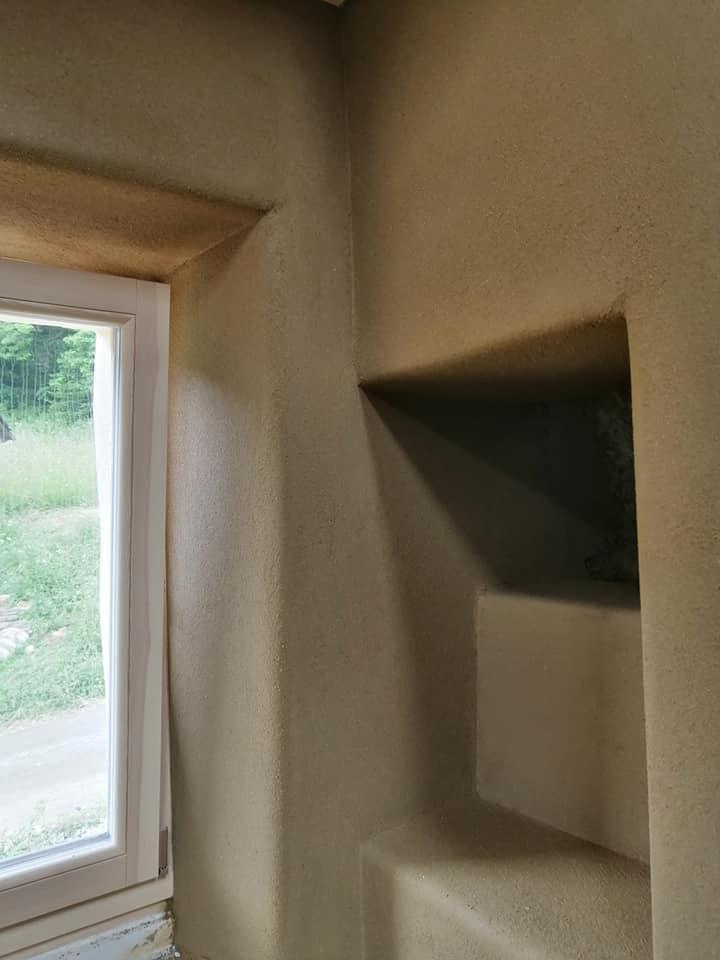 Ilovnati ometi na steni blizu okna