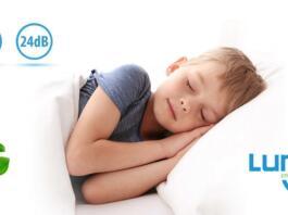 Deček spi v postelji, napisi za Lunos okoli njega