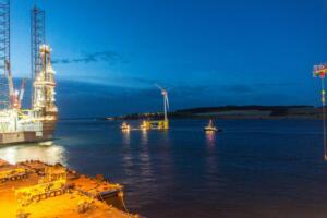 Plavajoča elektrarna Kincardine ponoči (vir: groupcobra.com)