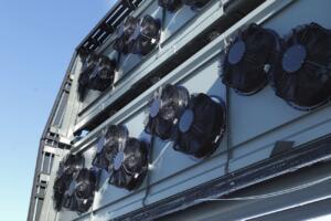 Zabojniki in ventilatorji obrata (vir: climeworks.com)