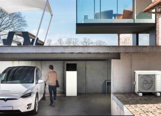 Moderna hiša z garažo, v kateri je toplotna črpalka